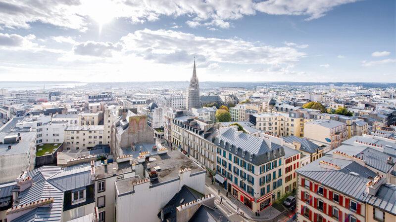 Vue aérienne du centre de ville jusqu'à la rade de Brest © Mathieu Le Gall